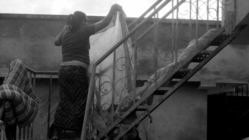 Kali hänger upp tvätt på taket
