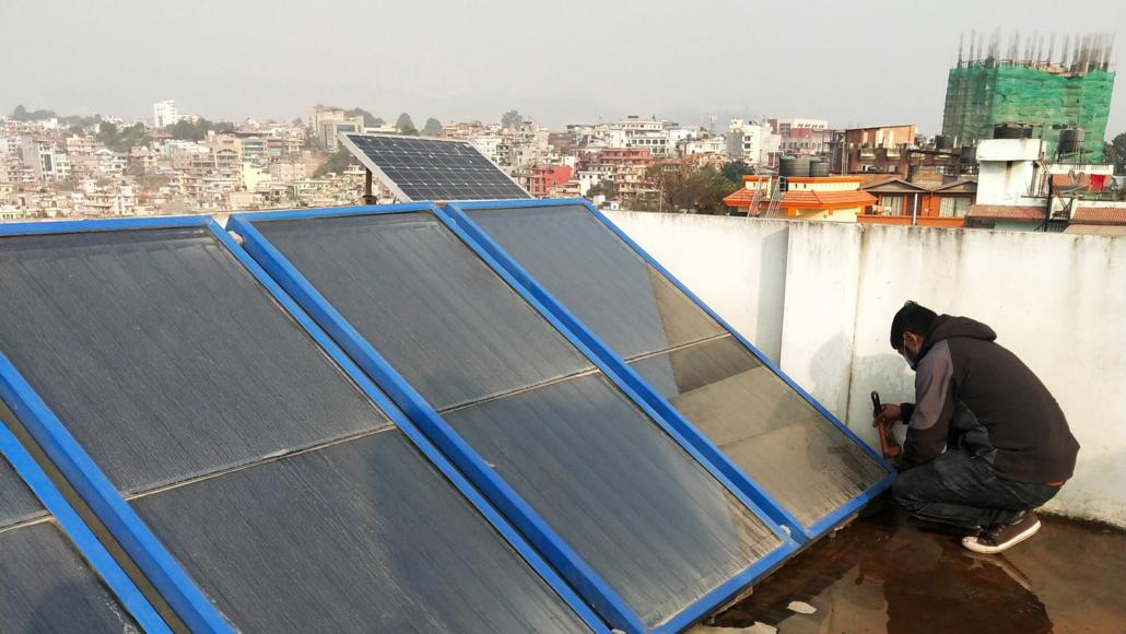Reparatör tittar på solpaneler